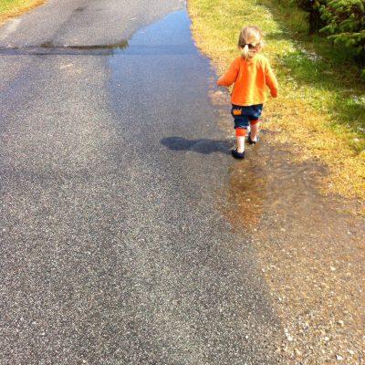 Eiswasserpfützen nach dem Unwetter