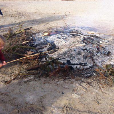 vor dem großen Sonnenwendfeuer - Lagerfeuer mit Stockbrot für die Kids